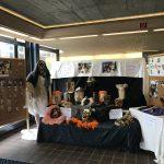 Ausstellung Holzmasken aus Schnitzkurs mit Schülern